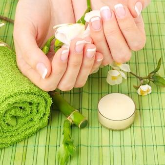 Close-up handen met bloemen