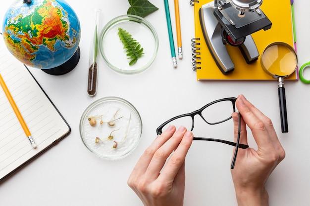 Close-up handen met bril