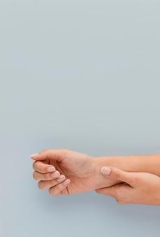 Close-up handen met exemplaar-ruimte