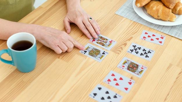 Close-up handen met kaartspel