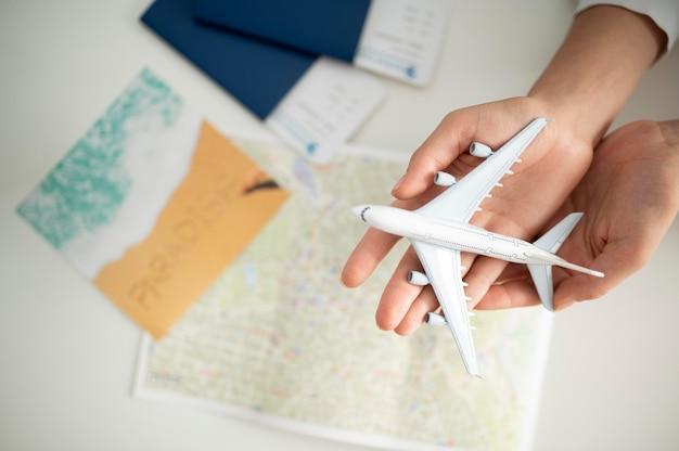 Close-up handen met klein vliegtuig bovenaanzicht