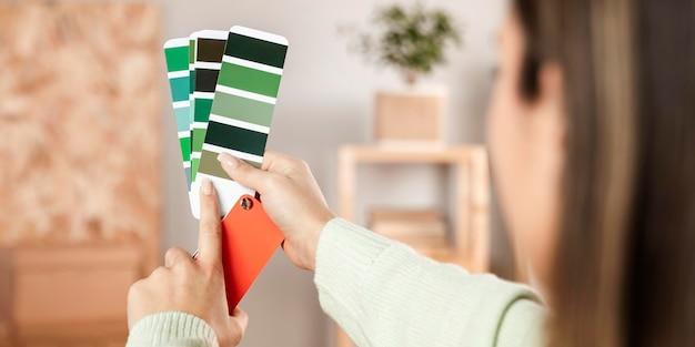Close-up handen met kleurenpaletten