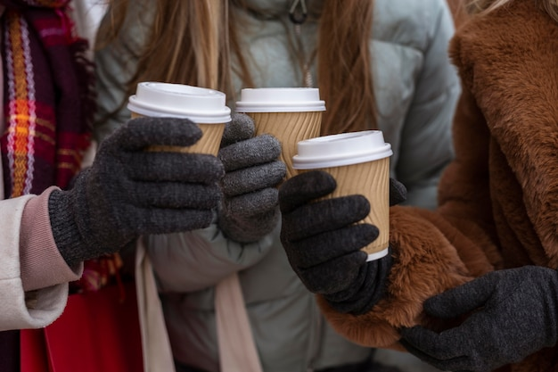Close-up handen met koffiekoppen