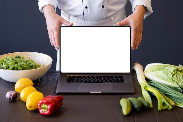 Close-up handen met laptop