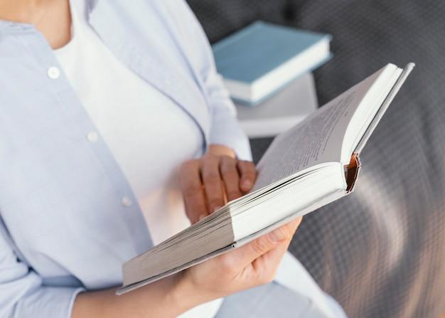 Close-up handen met open boek