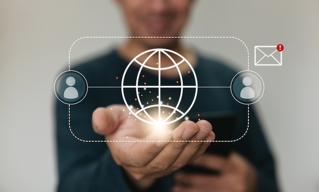 Close-up handen met smartphone. man die een mobiele telefoon gebruikt voor marketing en het zoeken naar gegevens