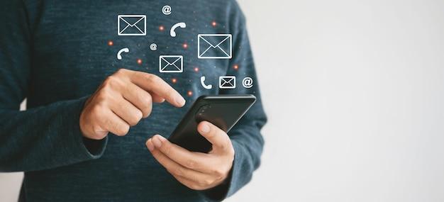 Close-up handen met smartphone. man die mobiele telefoon gebruikt voor marketing en het zoeken naar gegevens en sociale media op internet.technology bedrijfsinvesteringsconcept