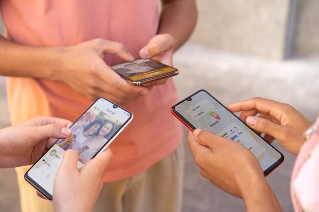 Close-up handen met smartphones