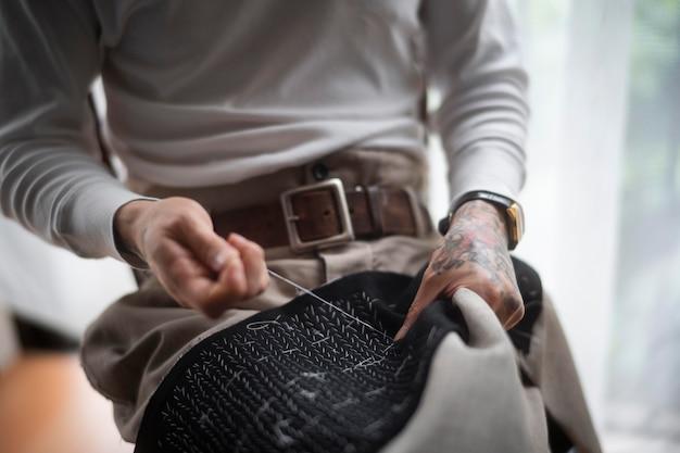 Close-up handen naaien