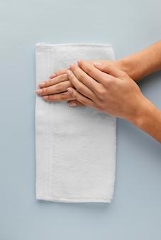 Close-up handen op handdoek bovenaanzicht
