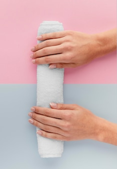 Close-up handen op handdoek