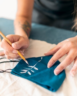 Close-up handen schilderij masker