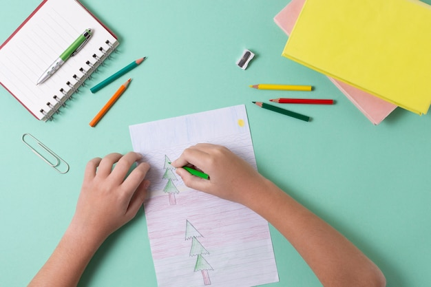 Close-up handen tekenen met kleurpotloden
