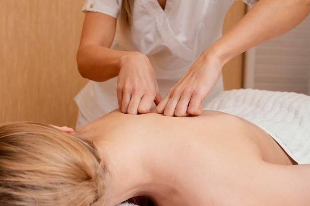 Close-up handen terug masseren