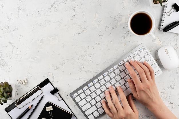 Close-up handen typen op toetsenbord