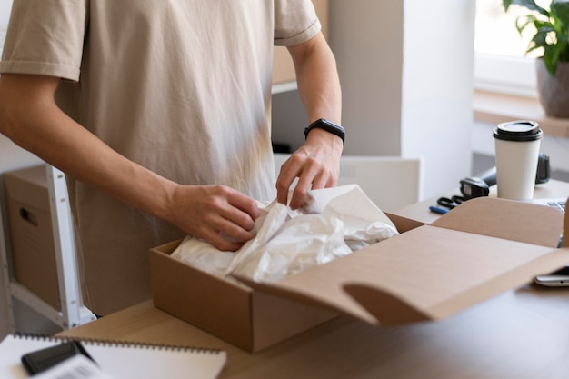 Close-up handen verpakking item