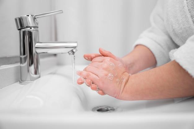 Close-up handen wassen met zeep