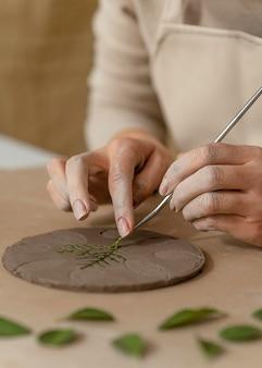 Close-up handen werken met plant