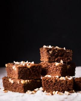 Close-up heerlijke chocolade brownies klaar om te worden geserveerd