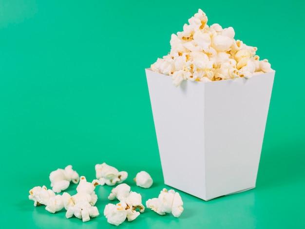Close-up heerlijke gezouten popcorn klaar om te worden geserveerd