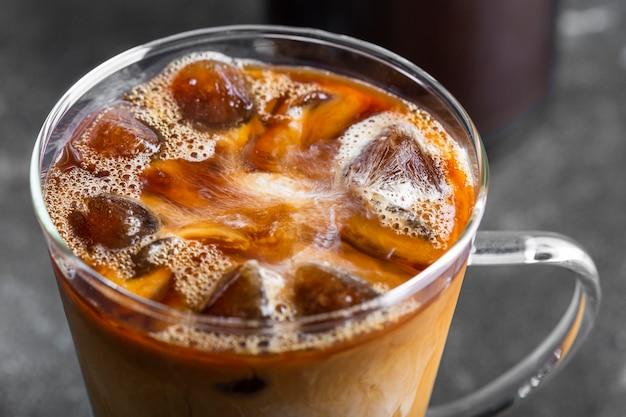 Close-up heerlijke ijskoffie klaar om te worden geserveerd