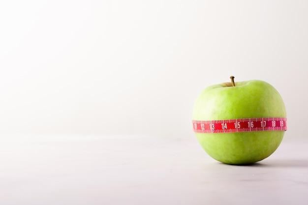 Close-up heerlijke organische appel met exemplaarruimte