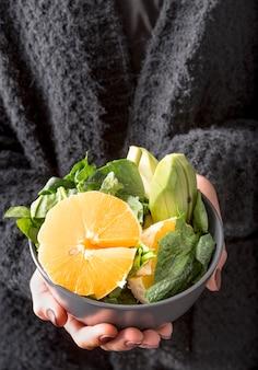 Close-up heerlijke slakom met sinaasappel