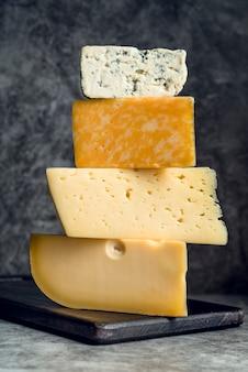 Close-up heerlijke stapel kaas bovenop elkaar