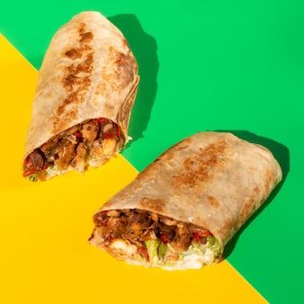 Close-up helften van heerlijke taco's