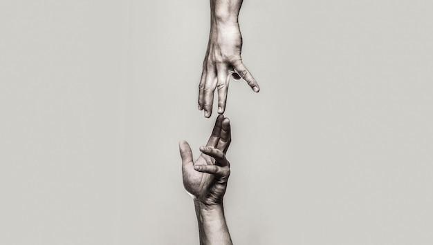 Close-up help hand helpende hand concept en internationale dag van vrede ondersteunen twee handen