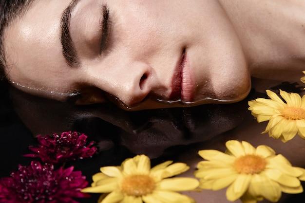 Close-up het mooie jonge vrouw ontspannen