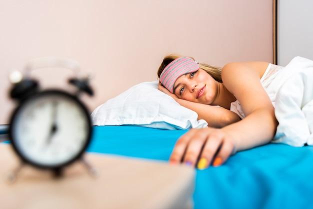Close-up het mooie vrouw ontwaken in bed