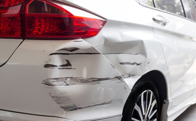 Close-up hit and run gecrashte auto auto verzekering