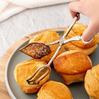 Close-up hoge mening gebakken broodjes en hand