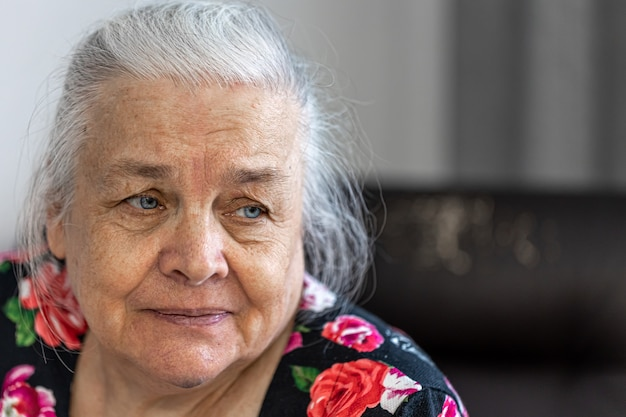 Close-up home portret van schattige oudere vrouw kopie ruimte.