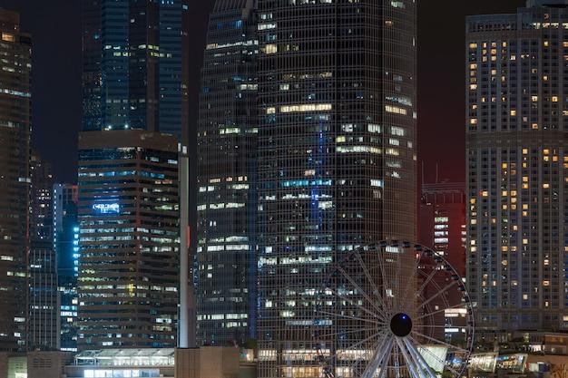 Close-up hong kong cityscape wolkenkrabber bij nacht, bedrijfs financieel district, toerist en reisbestemming, architectuur de bouw en oriëntatiepuntconcept