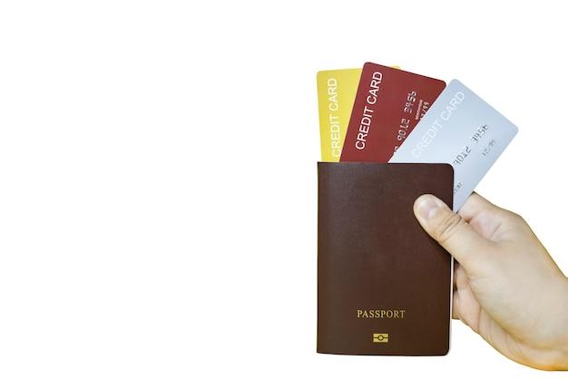 Close-up houd het paspoort vast met drie creditcards en drie kleuren, goud, rood, zilver. geïsoleerd op een witte achtergrond en uitknippad.