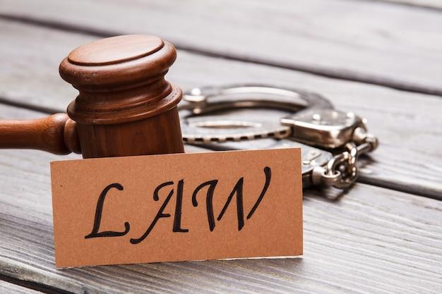 Close-up houten hamer en handboeien. wet en rechtvaardigheid concept.