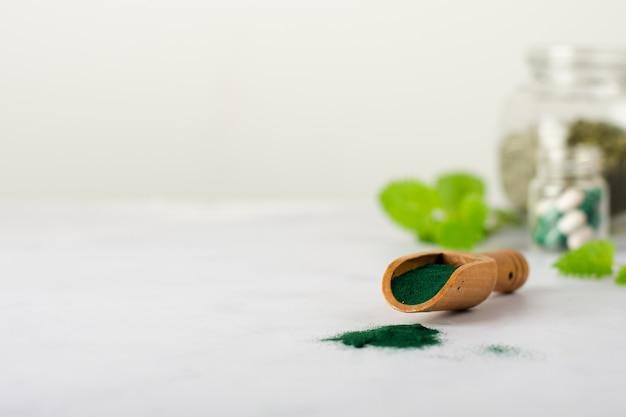 Close-up houten lepel met geneeskunde