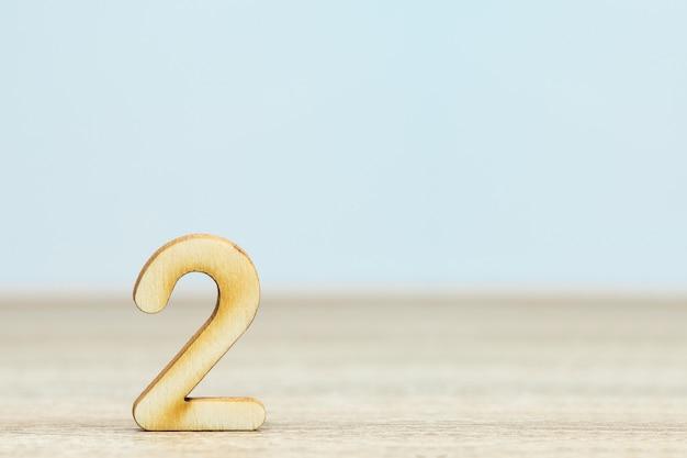 Close-up houten numeriek op tafel met kopie ruimte, nummer twee