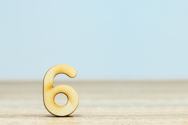 Close-up houten numeriek op tafel met kopie ruimte, nummer zes