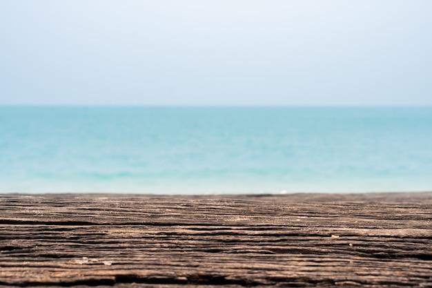Close-up houten strandbank met overzeese oceaanachtergrond