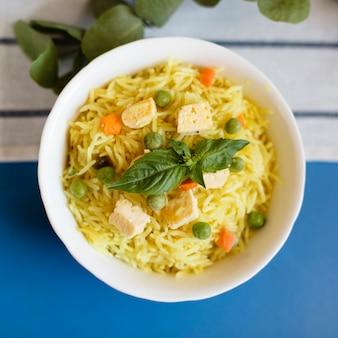 Close-up indisch traditioneel voedsel met rijst en kip