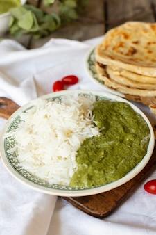 Close-up indisch voedsel met rijst en pitabroodje