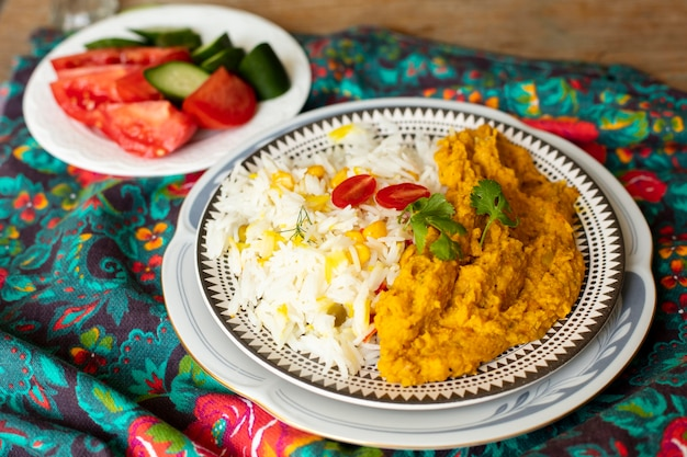 Close-up indisch voedsel met rijst en tomaten