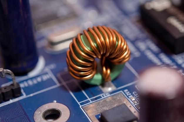 Close-up inductor elektronische hardwaretechnologie op moederbord digitale chip