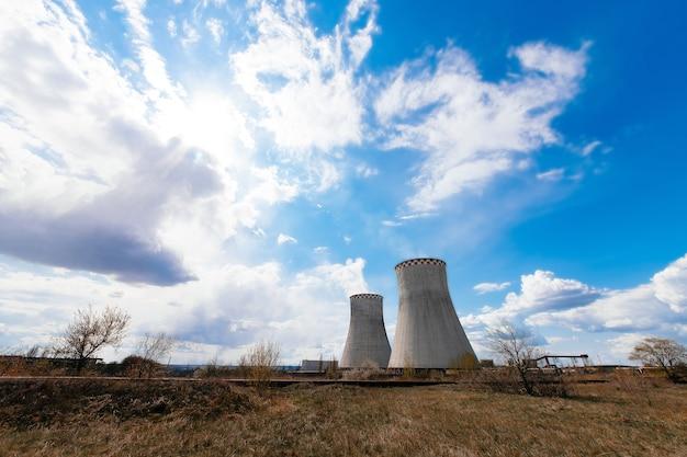 Close-up industriële weergave op olie raffinaderij plant vorm industrie zone met zonsopgang en bewolkte hemel