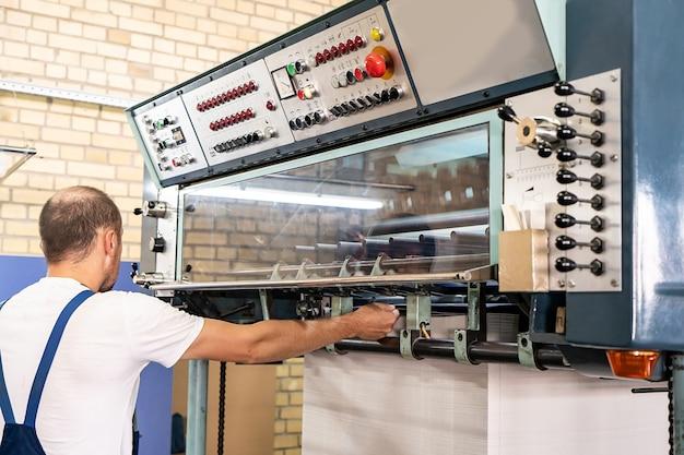 Close-up ingenieur hand vinger drukknop controle cnc-machine, werknemers fabrieksmachines in magazijn bedienen