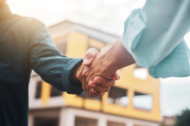 Close-up ingenieur schudden hand op bouwplaats in concept teamwerk succes prestatie partner