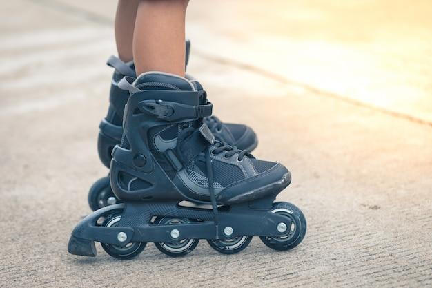 Close-up inline rollerblade op de benen